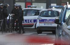 Rapina con ostaggi a Parigi, bandito in fuga
