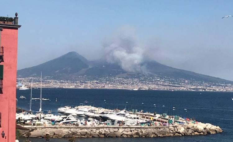 Incendio sul Vesuvio: fiamme alte tra Ercolano e Torre del Greco