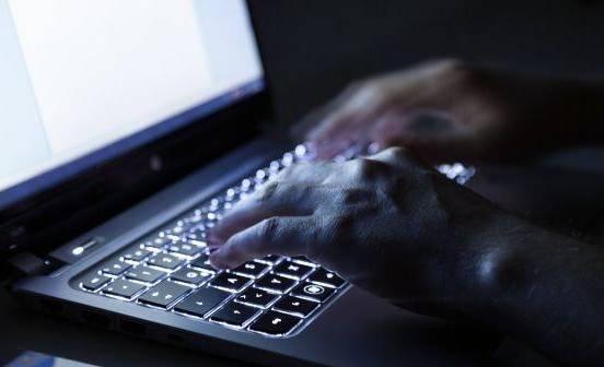 Traffico di carte di credito nel dark web, 13 arresti in 16 Paesi: uno a Napoli
