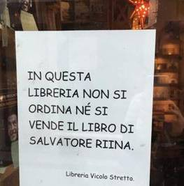 Libreria di catania affigge cartello qui non si vende il for Porta a libro non si chiude