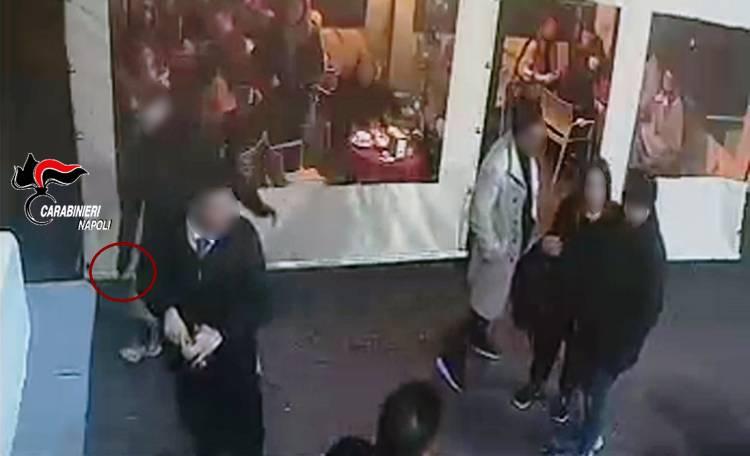 Due accoltellati al Vomero, le immagini che inchiodano l'aggressore 16enne