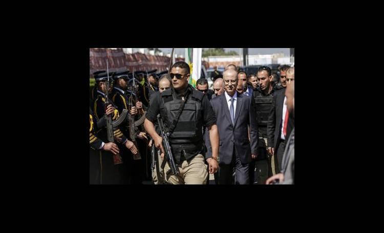 Esplosione investe il convoglio del premier palestinese