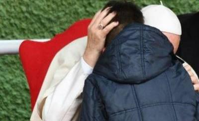 Il Papa al bimbo: tuo padre in cielo anche se non credeva