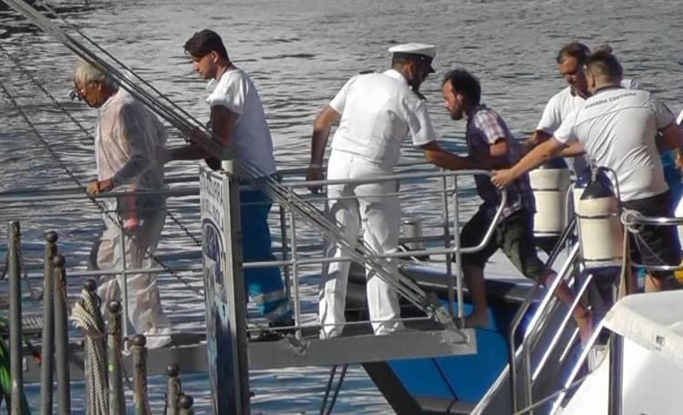 Dispersi nel golfo di Napoli, due tratti in salvo dalla polizia