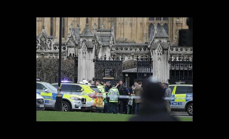 Attentato a Londra, raid della polizia in corso a Birmingham