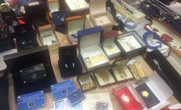 (VIDEO) Napoli. Scovato tesoro narcos, orologi, diamanti e lingotti per 2 milioni