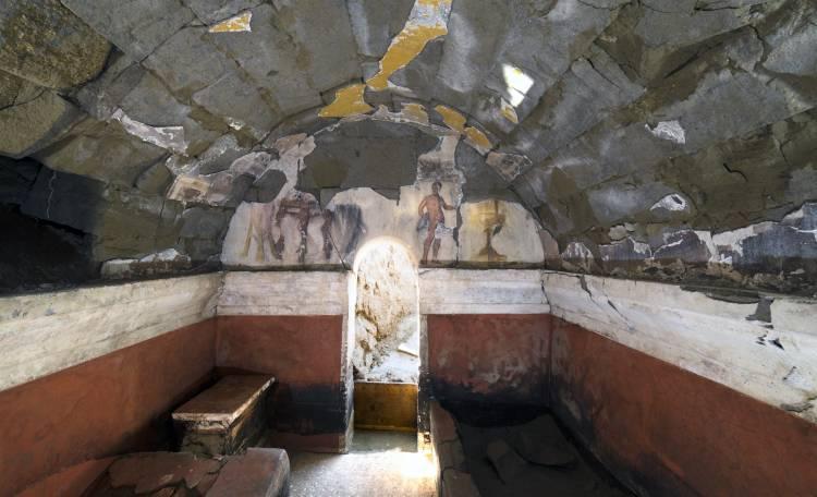 Dettaglio dell'interno della camera funeraria e della scena figurata conservata sulla parete d'ingresso e sulle pareti laterali © E. Lupoli, Jean Bérard Centre (CNRS/École française de Rome)