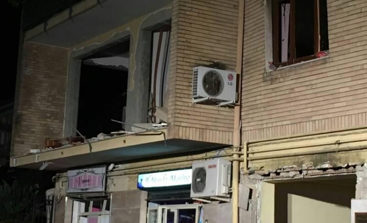 Esplosione terribile, palazzo sventrato. Quattro feriti Una donna è rimasta gravemente ustionata