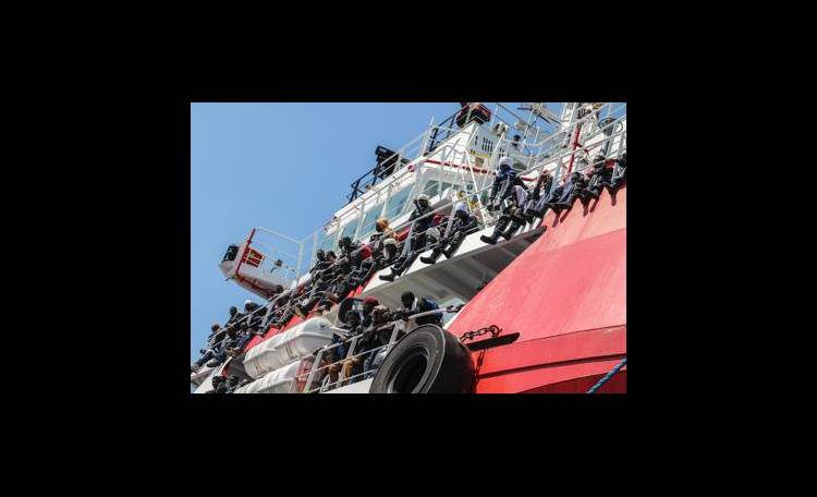 Migranti: Governo valuta blocco dei porti italiani a navi straniere